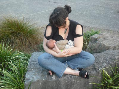breastfeeding_in_park